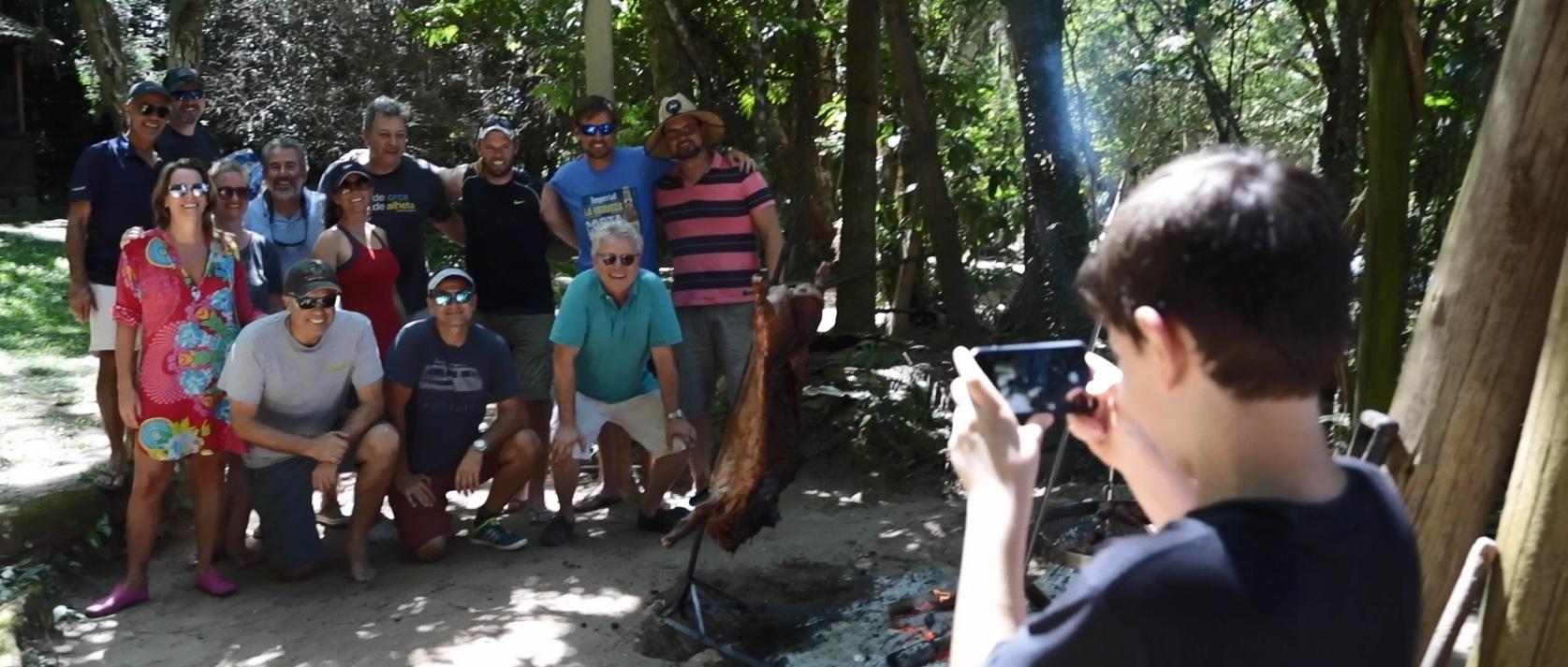 Vídeo: Assado de javali na ilha Chico Manoel